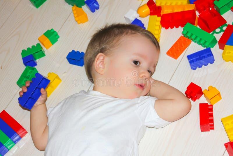 Barnlekarna med en multicetformgivare Lite är pojken bland fotografering för bildbyråer