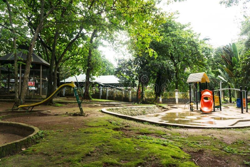 Barnlekplats i mitt av gräsplanträdgårdfotoet som tas i Jakarta Indonesien royaltyfria bilder