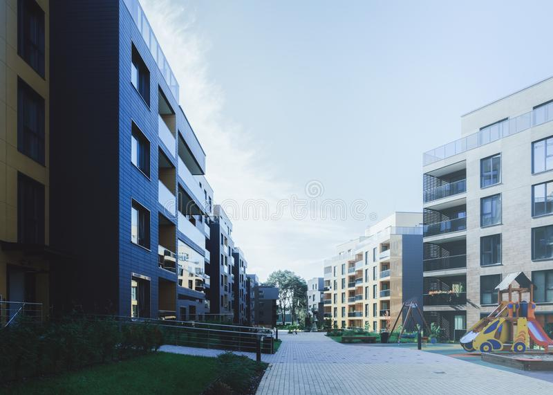 Barnlekplats nära europeisk modern fjärdedel för bostads- byggnader royaltyfri bild