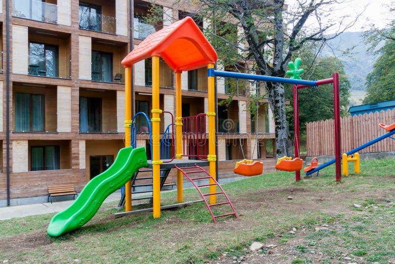 Barnlekplats som är främst av modernt ifrån varandra hotell arkivfoto