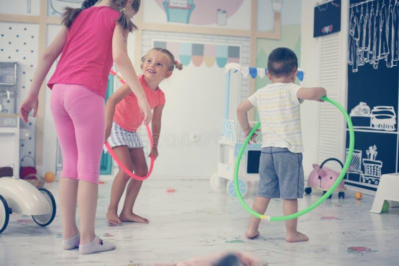 barnlekplats två Barnsnurrandehoolahope royaltyfri fotografi