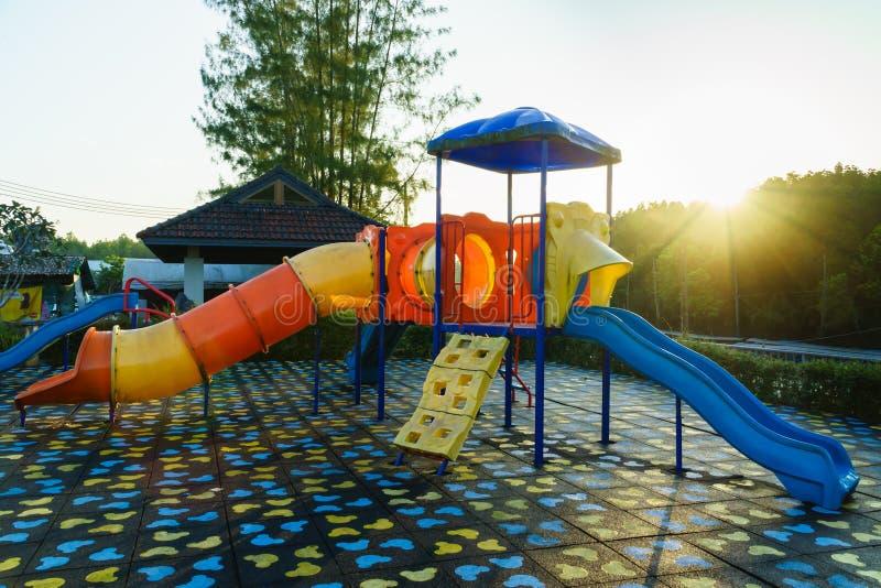 Barnlekplatsaktiviteter parkerar offentligt på solljusmornien royaltyfria foton