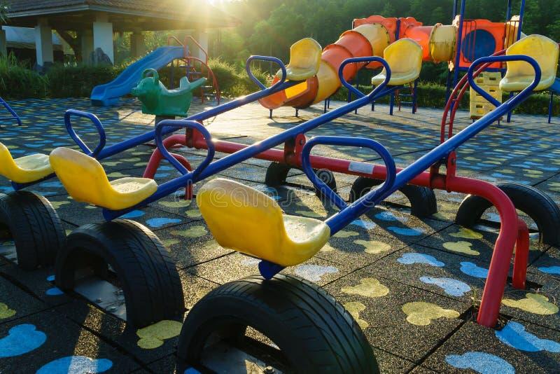 Barnlekplatsaktiviteter parkerar offentligt på solljusmornien arkivbilder