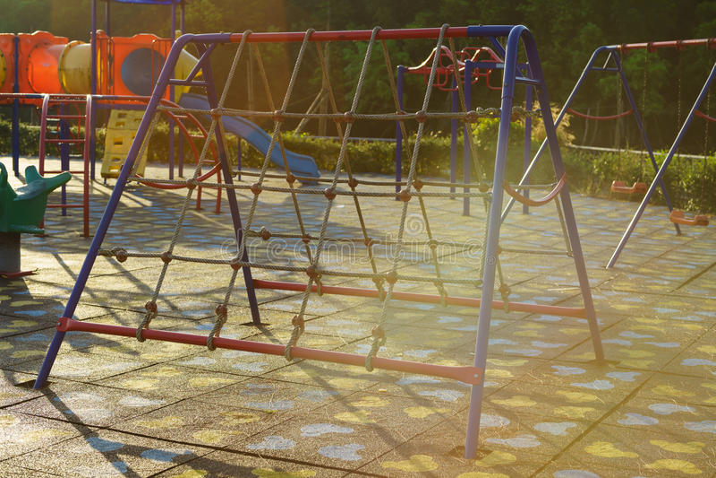 Barnlekplatsaktiviteter parkerar offentligt på solljusmornien royaltyfri fotografi
