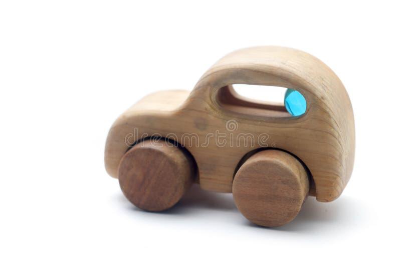 Barnleksakbil som g?ras av tr? arkivbild