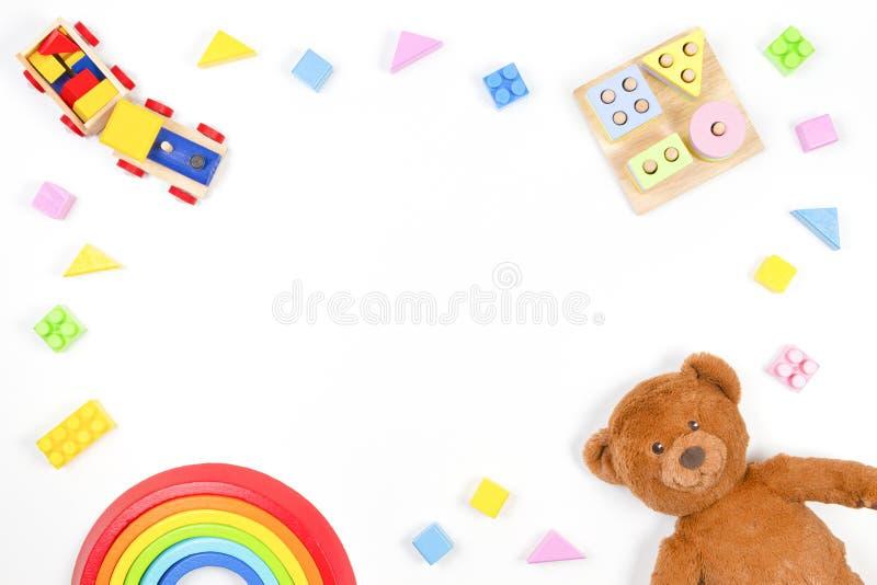 Barnleksaksbakgrund Geometrisk staplingsblocksleksak av trä, trätåg, regnbåge, teddy och arkivfoto