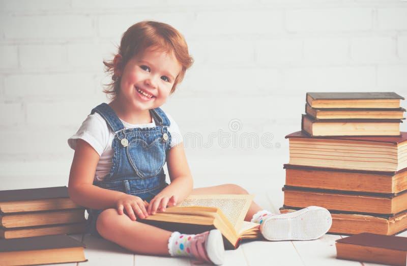 Barnliten flicka med böcker royaltyfri foto