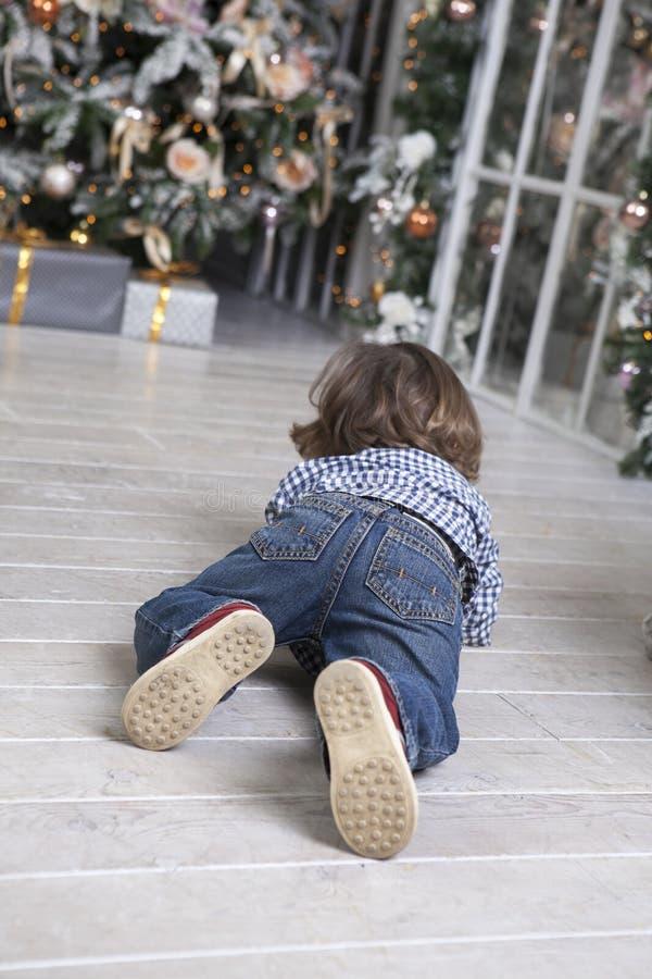 Barnlitet barn som kryper till gåvor arkivbild