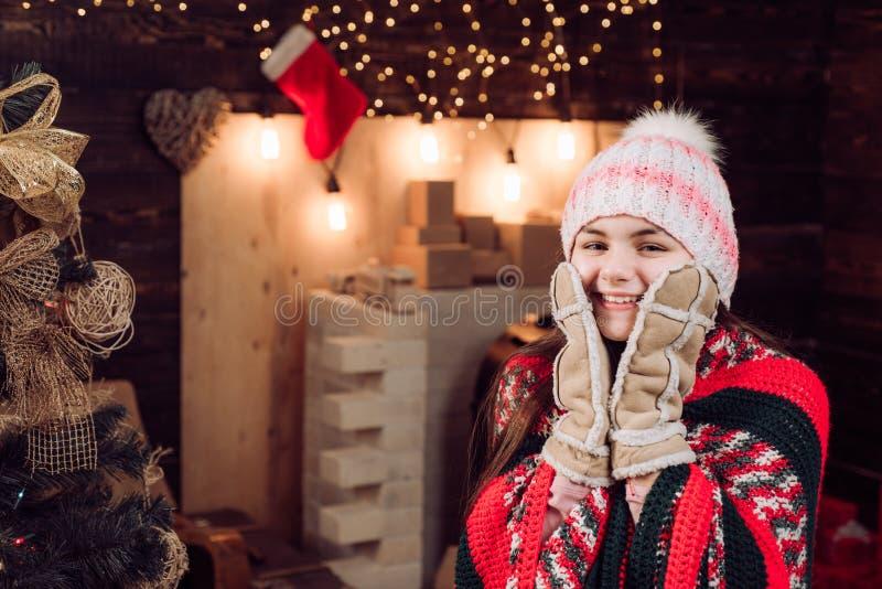 Barnlycka att fira nytt år Dotterhållförälder från förälder Gullig liten tonåring som firar jul Vinter arkivfoton