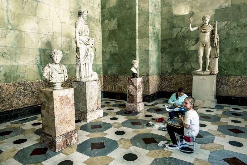 Barnmålarfärg av forntida skulpturer i korridoren av Jupiter i t arkivbilder