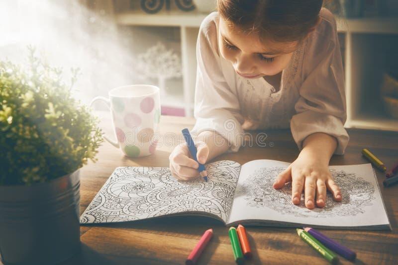 Barnmålarfärg en färgläggningbok arkivfoto