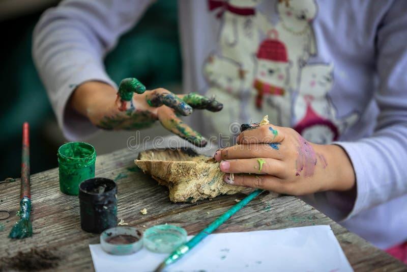 Barnmålning med händer fotografering för bildbyråer
