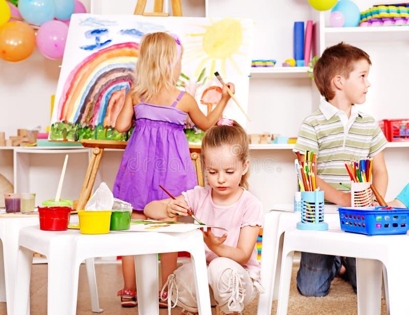 Barnmålning på stafflin. fotografering för bildbyråer