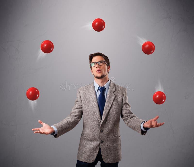Barnmananseende och att jonglera med rött klumpa ihop sig arkivfoton