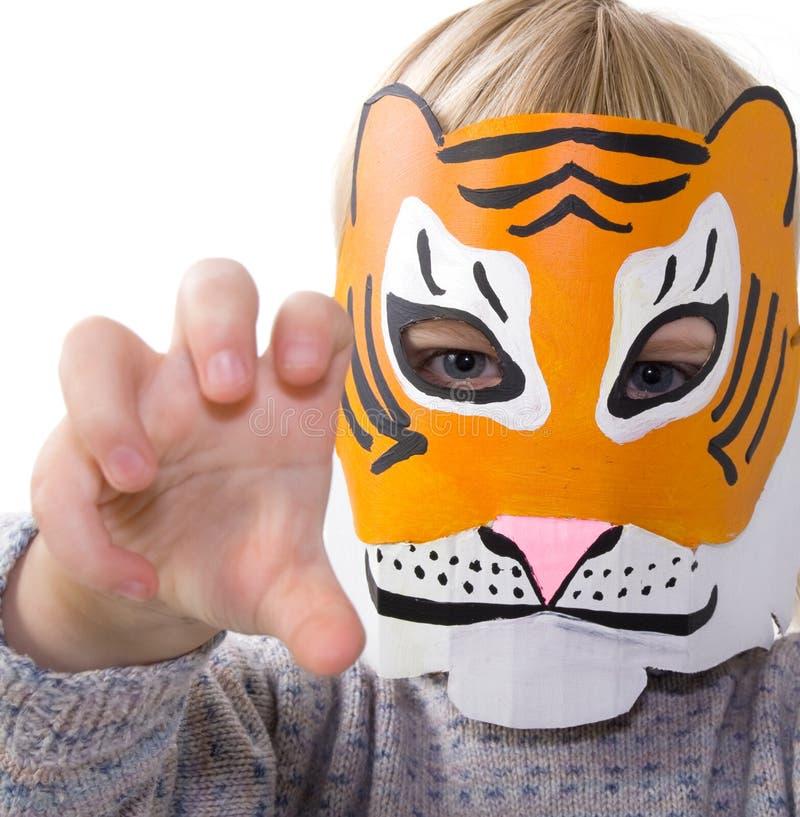 barnmaskering som simulerar tigern royaltyfri bild