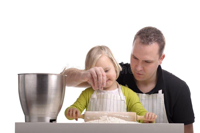 barnmatlagningfader tillsammans royaltyfria foton