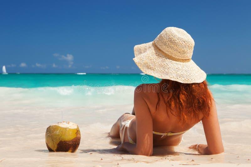 Barnmodekvinnan kopplar av p? stranden Lycklig ?livsstil Vit sand, bl? molnig himmel och kristallhav av den tropiska stranden fotografering för bildbyråer