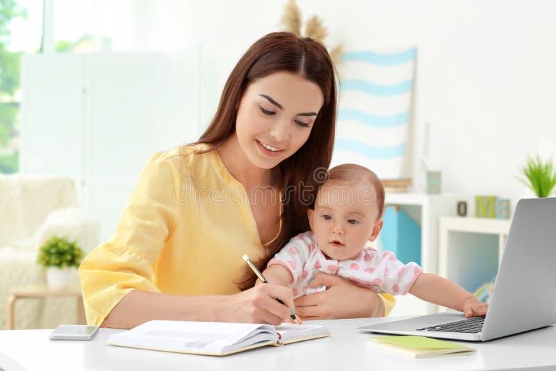 Barnmoderinnehavet behandla som ett barn, medan arbeta i regeringsställning royaltyfri fotografi
