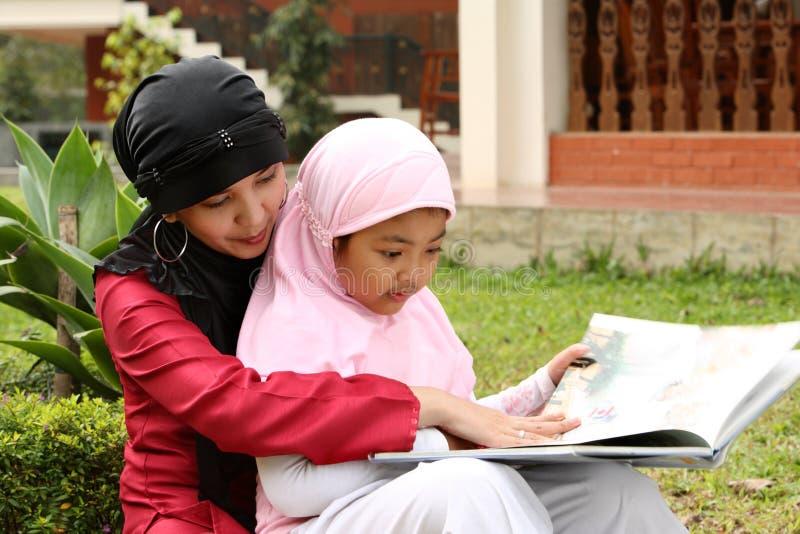 barnmodermuslim fotografering för bildbyråer