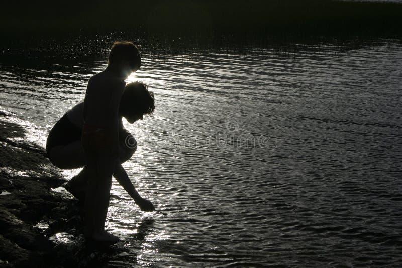 Download Barnmodersilhouette arkivfoto. Bild av barn, skugga, fiske - 245252