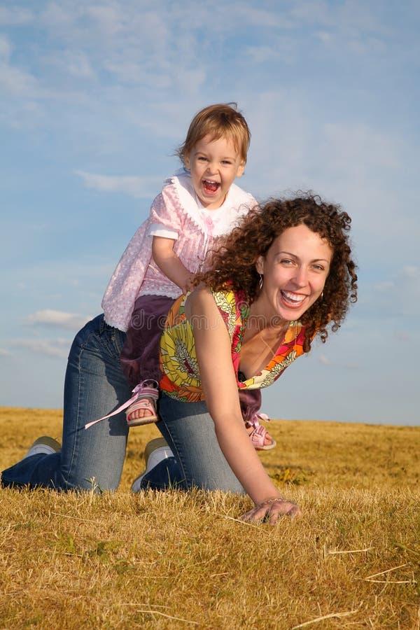 barnmomen sitter fotografering för bildbyråer