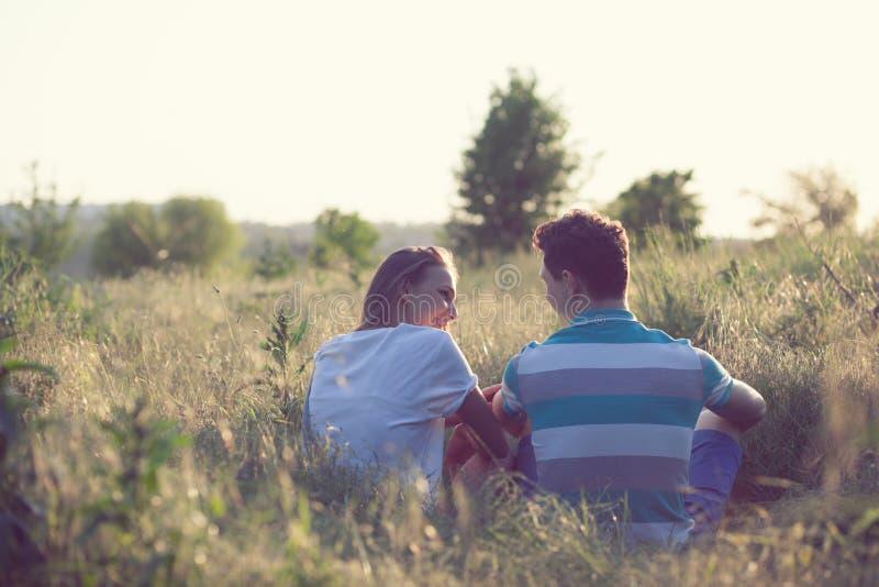 Barnpar har det romantiska datumet royaltyfri fotografi