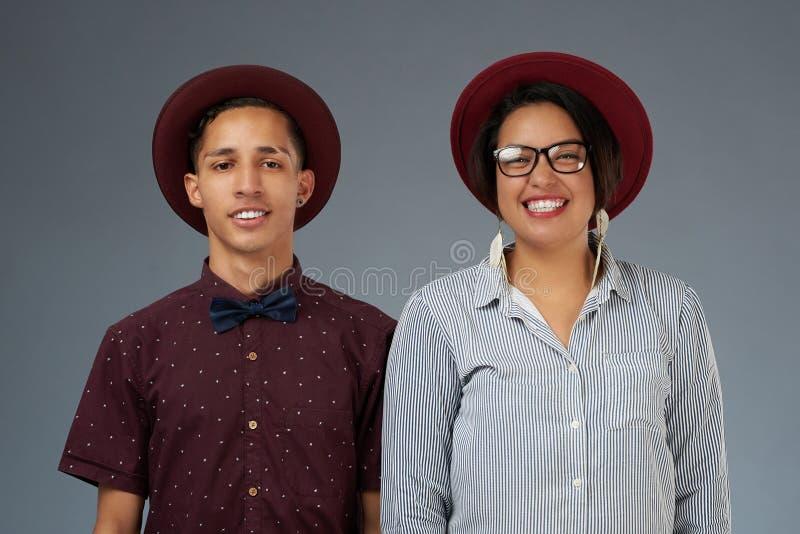 Barnpar i hattar royaltyfria bilder