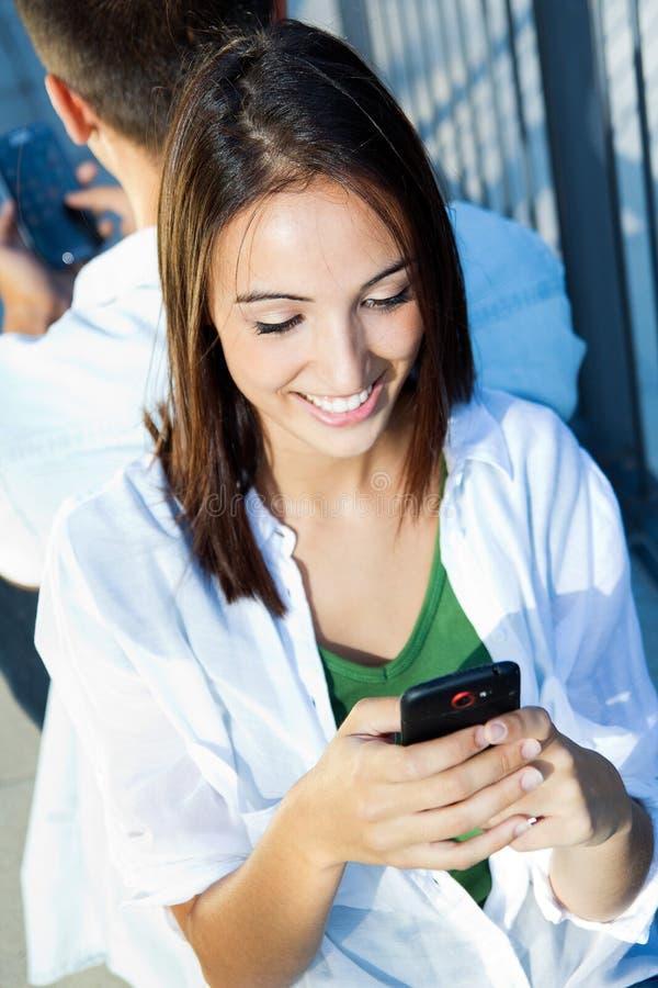 Barnpar med den smarta telefonen arkivfoton