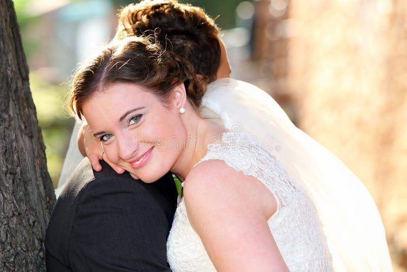 Barnpar, når att ha gifta sig i en kram royaltyfri fotografi