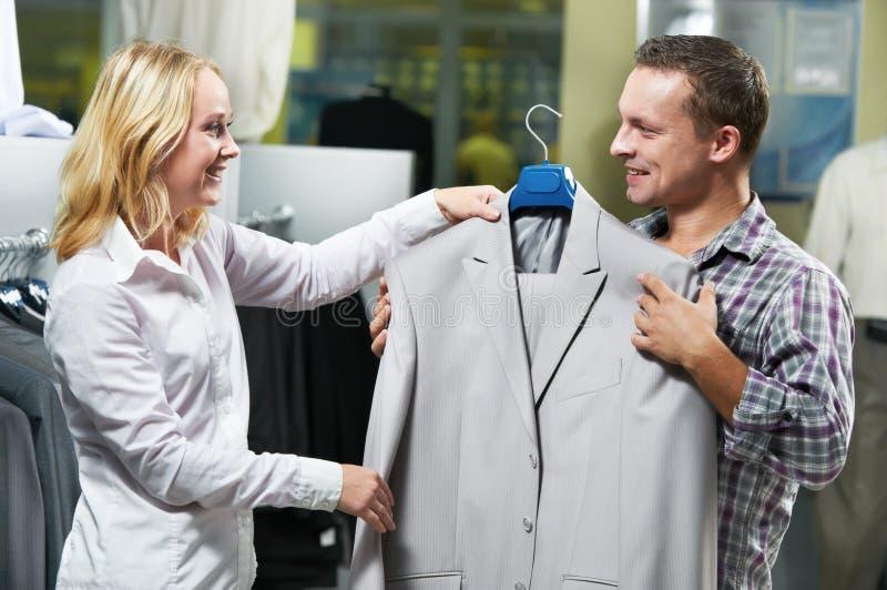 Barnpar på att shoppa för kläder royaltyfri fotografi