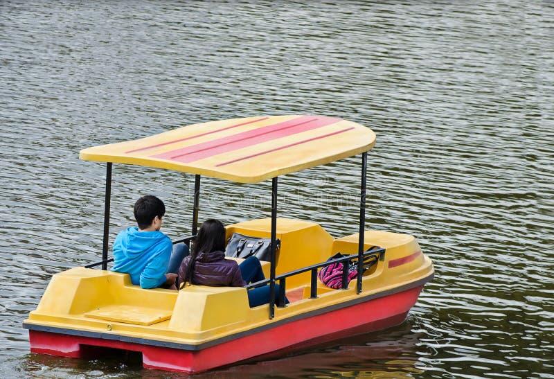 Barnpar på floden royaltyfria foton