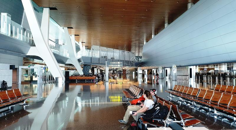 Barnpar p? flygplatsen arkivbilder