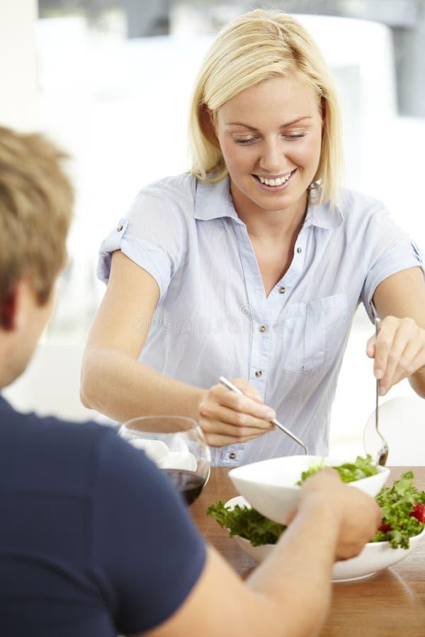 Barnpar som äter sallad arkivbild