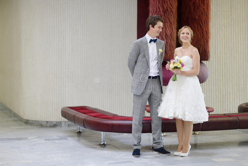 Barnpar som får att gifta sig arkivbild