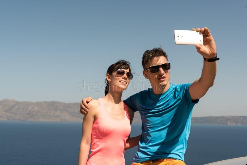 Barnpar som får en selfie arkivfoto