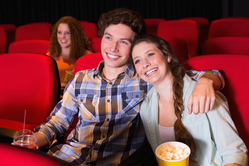 Barnpar som håller ögonen på en film royaltyfri bild