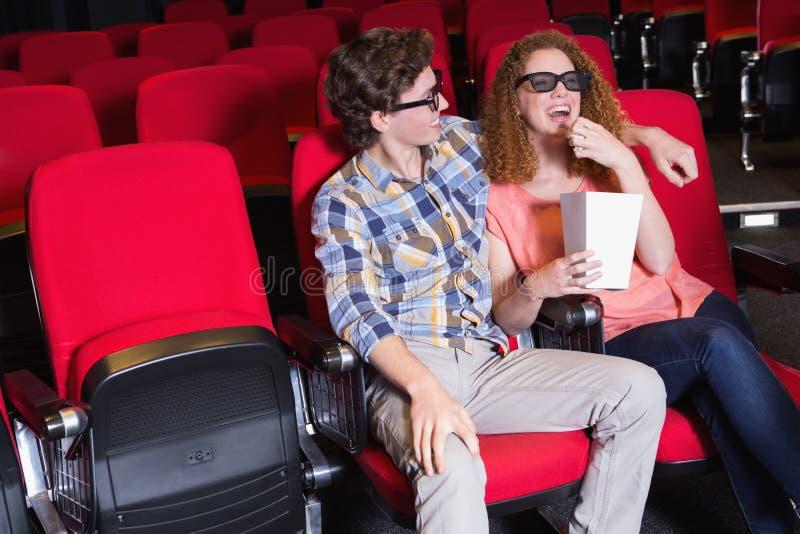 Barnpar som håller ögonen på en film 3d royaltyfria foton