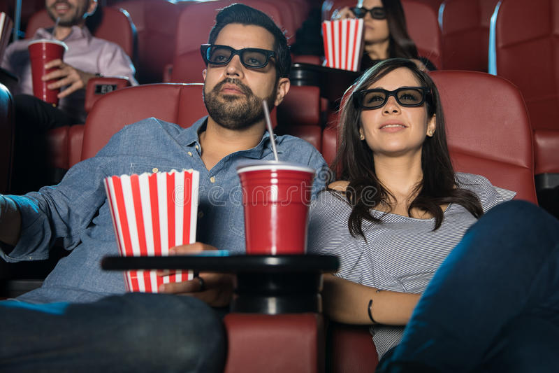Barnpar som håller ögonen på en film 3d arkivbild