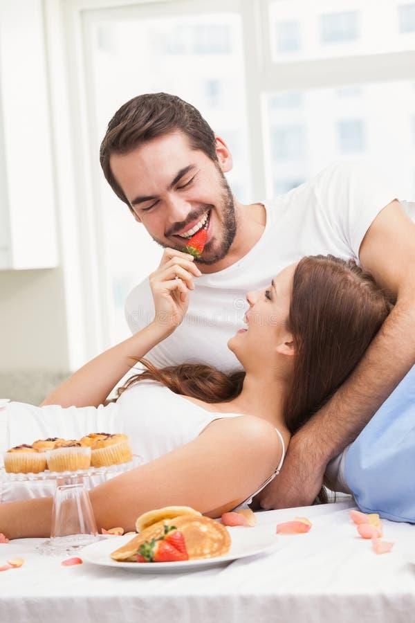 Barnpar som har en romantisk frukost royaltyfri foto