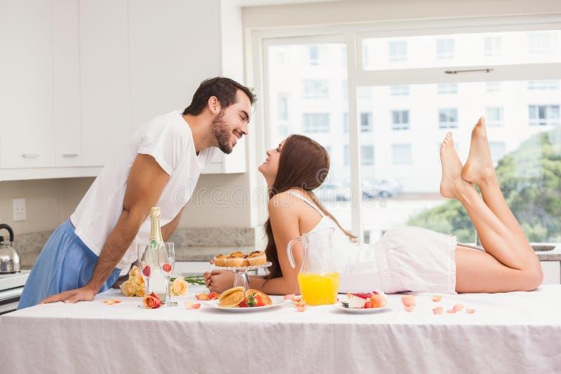 Barnpar som har en romantisk frukost royaltyfri bild