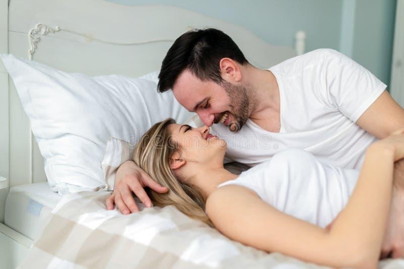 Barnpar som har romantisk tid i sovrum arkivfoto