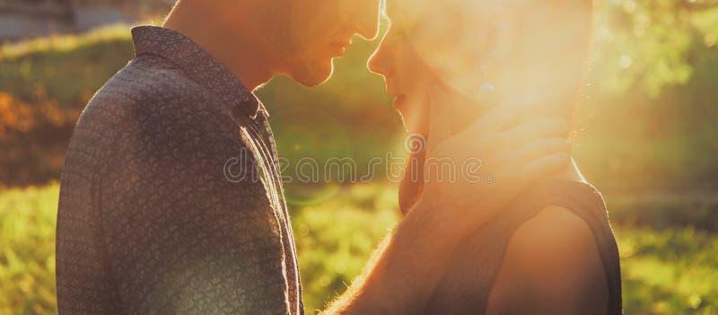 Barnpar som kysser i sommar, parkerar fotografering för bildbyråer