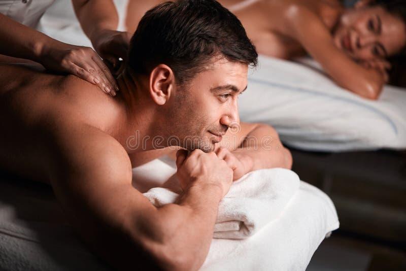 Barnpar som mottar en tillbaka massage i en Spa, centrerar arkivfoto