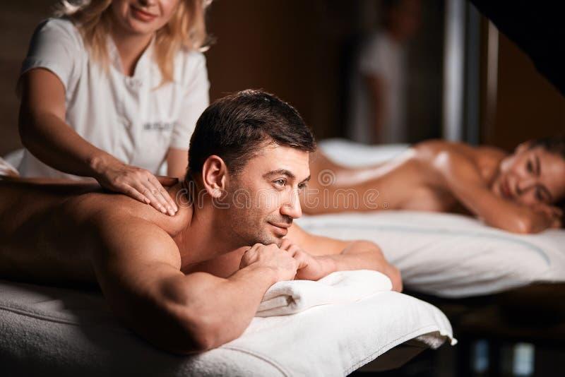 Barnpar som mottar en tillbaka massage i en Spa, centrerar arkivfoton