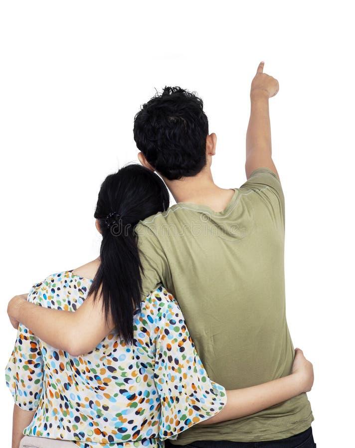 Barnpar som pekar på väggen arkivbilder