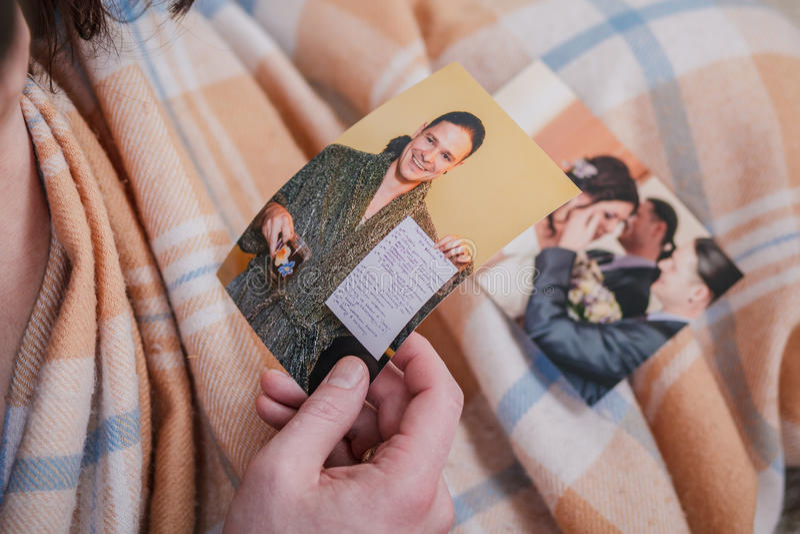Barnpar som ser foto arkivbilder