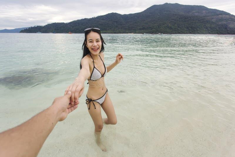 Barnpar som tycker om på den härliga stranden Bild av par som spelar och rymmer händer på stranden fotografering för bildbyråer