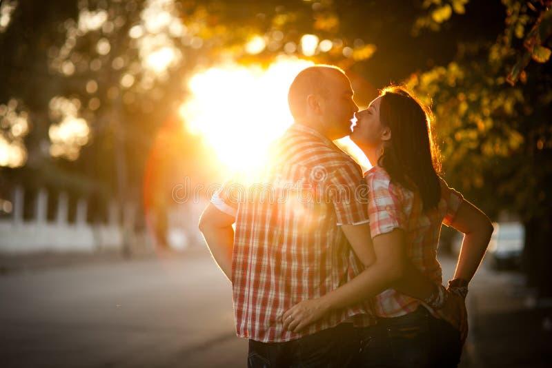 Barnpar, stad, solnedgång royaltyfri foto