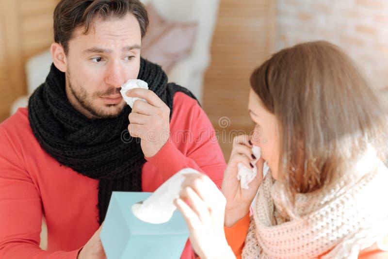 Barnparlidande från influensa hemma fotografering för bildbyråer