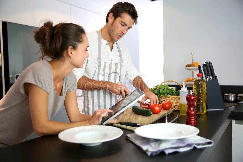 Barnparmatlagning i köket royaltyfria bilder